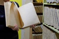 Blindenschrift-Buch in der Tastbibliothek Lizenzfreie Stockbilder