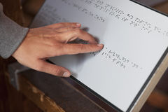 Blindenschrift-Lesung Lizenzfreie Stockfotos