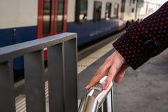 Blindenschrift-Schreiben auf Zugplattform Stockfotos