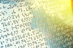Blindenschrift-Text auf Blechtafel für Blinde Lizenzfreie Stockfotos