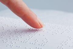 Blindenschrift und Finger. Buch in Blindenschrift Stockfotografie