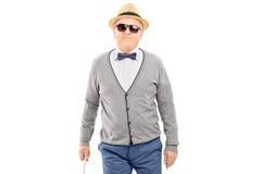 Blinder älterer Herr, der mit einem Stock geht Stockfotos
