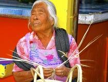 Blinder älterer weiblicher Korbhersteller, Mexiko Lizenzfreies Stockbild