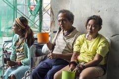 Blinder alter männlicher Bettler und Frau eskortieren suchende Almosen an den Kirchenportalruinen Lizenzfreies Stockfoto