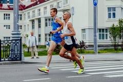 blinder Athletenläufer und ihre laufenden Straßen des Führers der Stadt Lizenzfreie Stockfotografie
