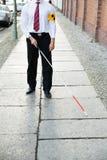 Blinder, der auf Bürgersteig geht Lizenzfreies Stockfoto