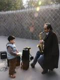 Blinder, der das Saxophon in einem Park, Chengdu, Porzellan spielt Stockbild