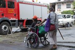 Blinder, der Rollstuhl des behinderten Bettlers drückt Stockbild