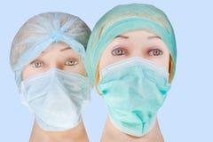 Blinder Doktor geht tragende Textilchirurgische Schutzkappe und -maske voran Lizenzfreies Stockbild