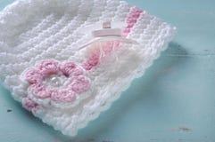 Blinder Friedensstifter der Babykindertagesstätte und rosa und weiße Mütze Lizenzfreies Stockfoto