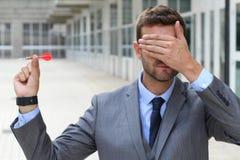 Blinder Geschäftsmann, der einen Pfeil hält Stockfotos