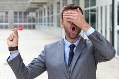 Blinder Geschäftsmann, der einen Pfeil hält Lizenzfreies Stockbild