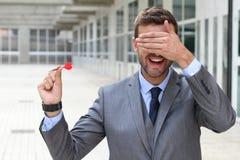 Blinder Geschäftsmann, der einen Pfeil hält Stockbilder