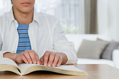 Blinder Junge, der ein Blindenschrift-Buch liest Lizenzfreie Stockfotos