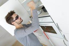 Blinder Junge in der Küche Lizenzfreies Stockfoto