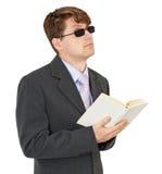 Blinder junger Mann mit Buch auf weißem Hintergrund Stockbilder