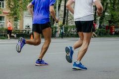 Blinder Läuferathlet in der Aktion mit seinem Führerläufer Lizenzfreie Stockfotos