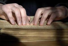 Blinder Lesetext in Blindenschrift Nahaufnahme von den menschlichen Händen, die b lesen Stockbilder