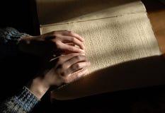 Blinder Lesetext in Blindenschrift Nahaufnahme von den menschlichen Händen, die b lesen Stockfotos
