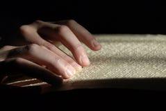 Blinder Lesetext in Blindenschrift Nahaufnahme von den menschlichen Händen, die b lesen Lizenzfreie Stockfotografie