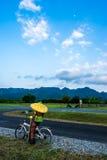 Blinder Mann auf Fahrrad Stockfoto