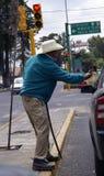 Blinder mexikanischer Mann bittet in der Straße Stockfotografie