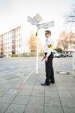 Blinder-tragende Armbinden-Überfahrt-Straße Lizenzfreies Stockbild