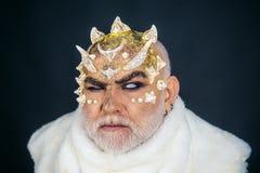 Blinderhellseher Hellseher mit Hörnern auf Kopf Magie und Geheimnis an Halloween-Feiertag Der Stab ist mächtiger als stockfoto