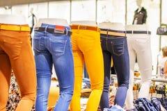 Blindes Bild in den Jeans, die Speicher stehen Stockfotos