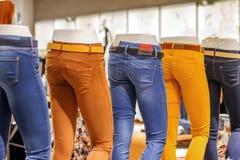 Blindes Bild in den Jeans, die Speicher stehen Lizenzfreies Stockfoto