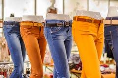 Blindes Bild in den Jeans, die Speicher stehen Lizenzfreie Stockfotografie