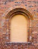 Blindes Fenster in der alten Backsteinmauer Lizenzfreies Stockbild