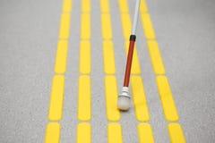 Blindes Fußgängergehen auf der Tastpflasterung Stockbilder