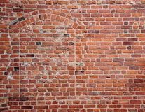 Blindes Geheimnis versteckter Eingang im alten roten brickwall Stockfoto