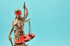 Blindes Justitia mit Paragraphen auf Waage als Gesetzeskonzept Lizenzfreies Stockbild