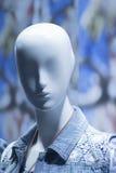 Blindes Modemannequin des Shops in der Schaufensteranzeige Lizenzfreie Stockfotografie