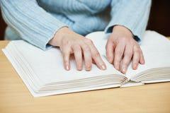 Blindes oder sehbehindertes Lesebuch Stockbilder