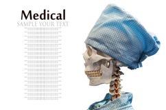 Blindes Skelett im medizinischen Kleid und in der Kappe Lizenzfreie Stockfotos
