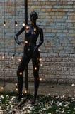 Blindes, weibliches Mannequin mit Glühlampen Stockfotos