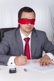 Blindfold деятельность бизнесмена стоковая фотография