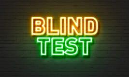 Blindversuchleuchtreklame auf Backsteinmauerhintergrund Stockbild