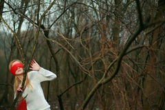 blinfolded森林好妇女 库存照片
