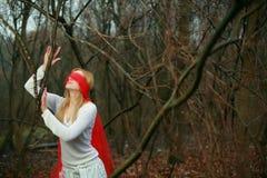 Blinfolded Frau im Wald Lizenzfreie Stockbilder