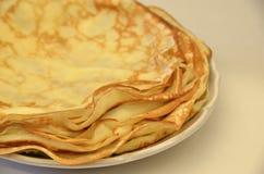 blini Νόστιμες ρωσικές τηγανίτες στον άσπρο πίνακα κλείστε επάνω Στοκ Εικόνες