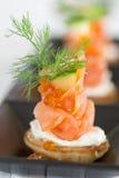 Blini con el salmón ahumado y la crema agria, adornados con dil fotografía de archivo libre de regalías