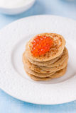 Blini de sarrasin avec le caviar rouge Photo stock