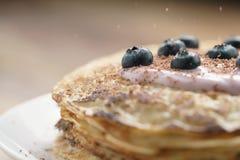 Blini mit Jogurt und Blaubeeren auf hölzerner Tabelle Lizenzfreies Stockbild