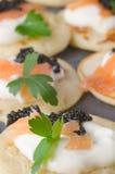 Blini mit Kaviar und geräuchertem Lachs Lizenzfreie Stockfotografie