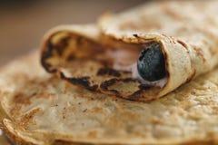 Blini oder Krepps mit Jogurt und Blaubeernahaufnahme Stockfoto