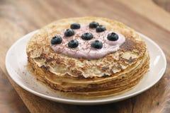 Blini oder Krepps mit Jogurt und Blaubeernahaufnahme Stockbilder
